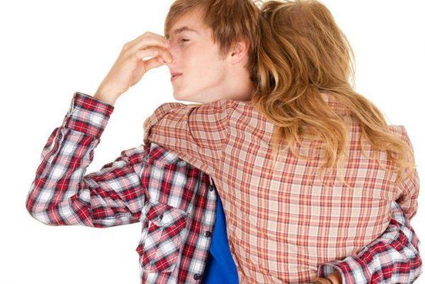 mùi hôi nách khiến người khác khó chịu